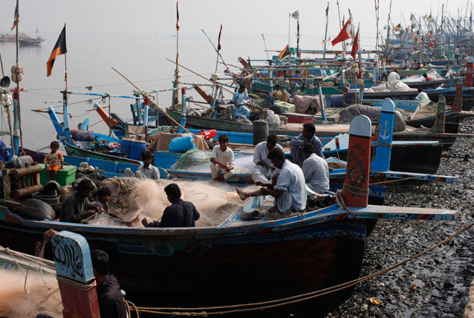 ibrahim-hyderi-fish-harbour-karachi-fishermen-6